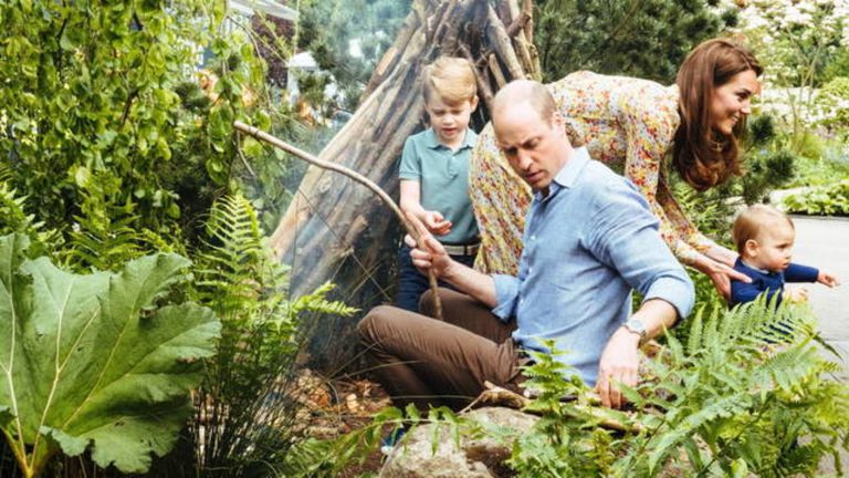 Los Cambridge con sus hijos disfrutando del jardín.