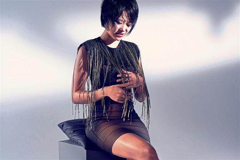 La pianista china se aleja de los cánones de la clásica para reconocerse como parte de la puesta escénica