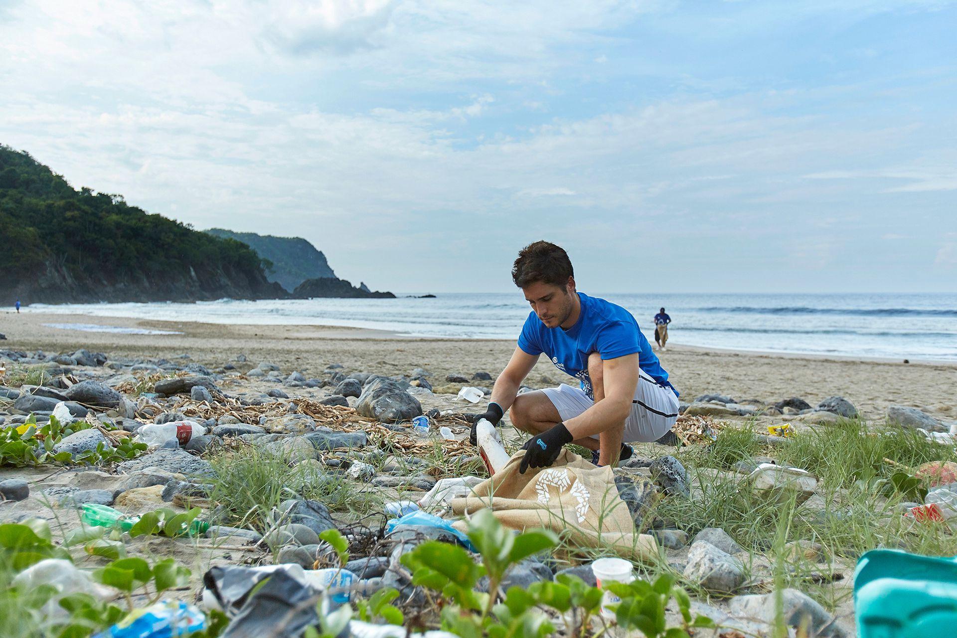 Diego Boneta recogió basura de las playas mexicanas con sus propias manos para colaborar con el reciclaje en el marco de una campaña que llega ahora a la Argentina