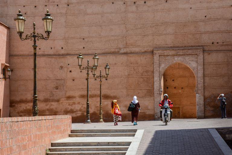 A diferencia de otros países musulmanes, los visitantes no tienen autorizada la entrada a mezquita alguna
