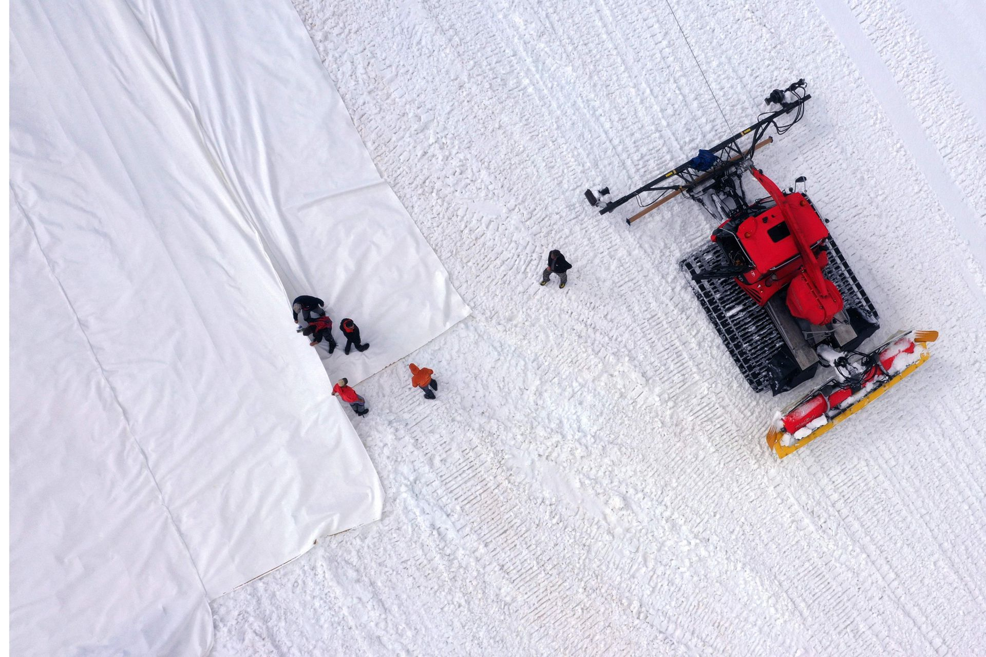 """Hay experiencias similares en los glaciares austriacos pero en superficies más pequeñas. Franco Del Pero, 48 años, dirige en el terreno la operación, """"Cuando lo retiramos en septiembre, y que nos damos cuenta del buen trabajo, estoy orgullo"""", sonríe."""