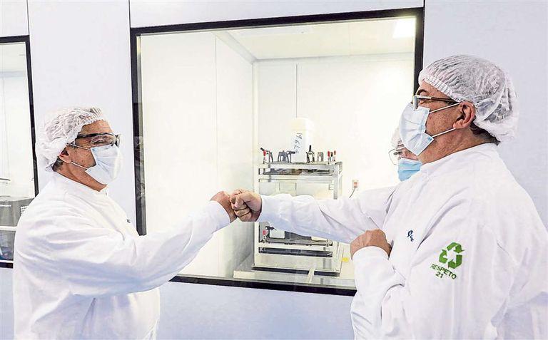 Alberto Fernández saluda al director del laboratorio mexicano Liomont, Alfredo Rimochi. Allí se deben envasar las dosis de la vacuna de AstraZeneca que se fabrican en Buenos Aires