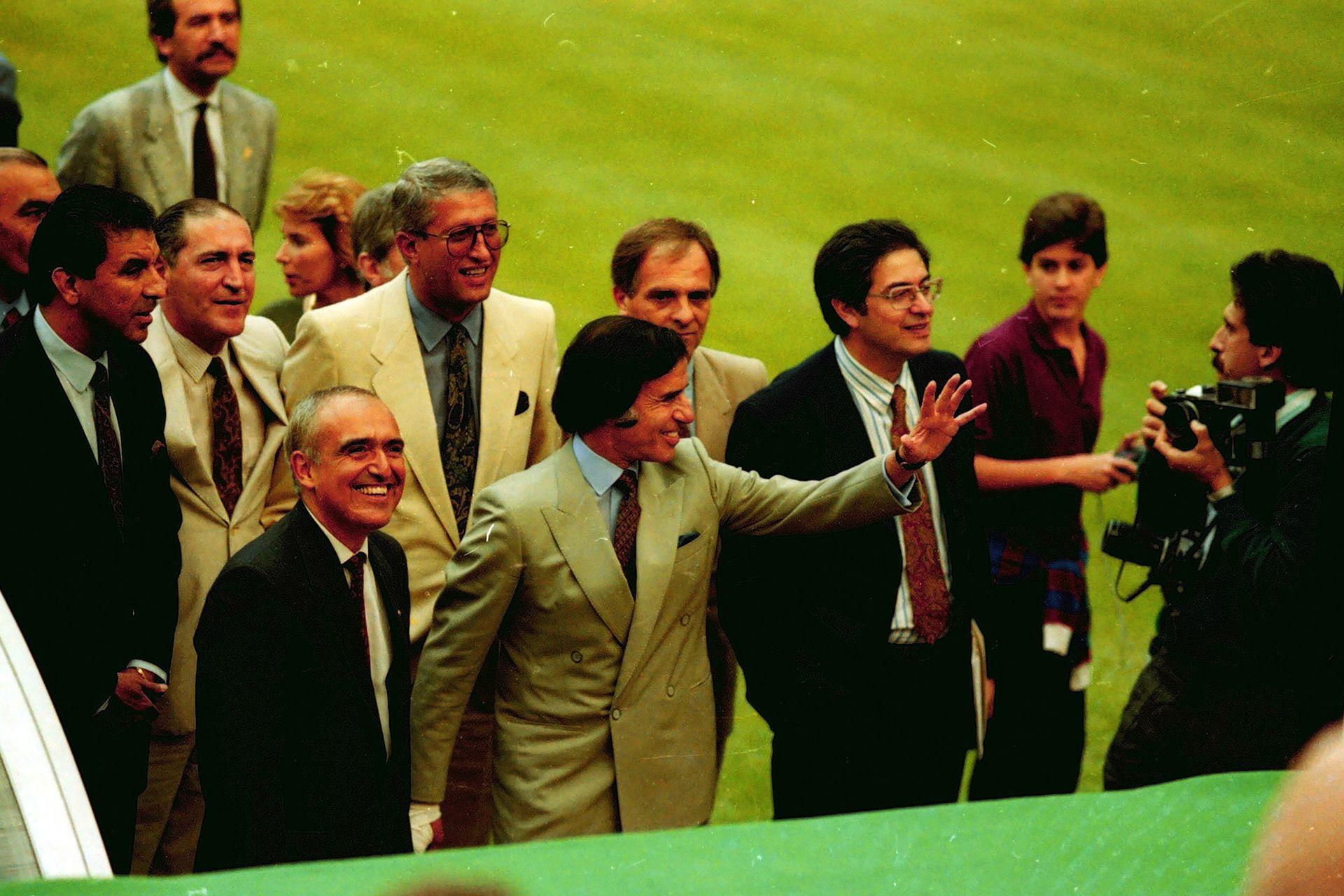 Menem y Ruckauf (entonces embajador en Italia) recorren el Olímpico de Roma antes de la final de Italia 90 entre la Argentina y Alemania