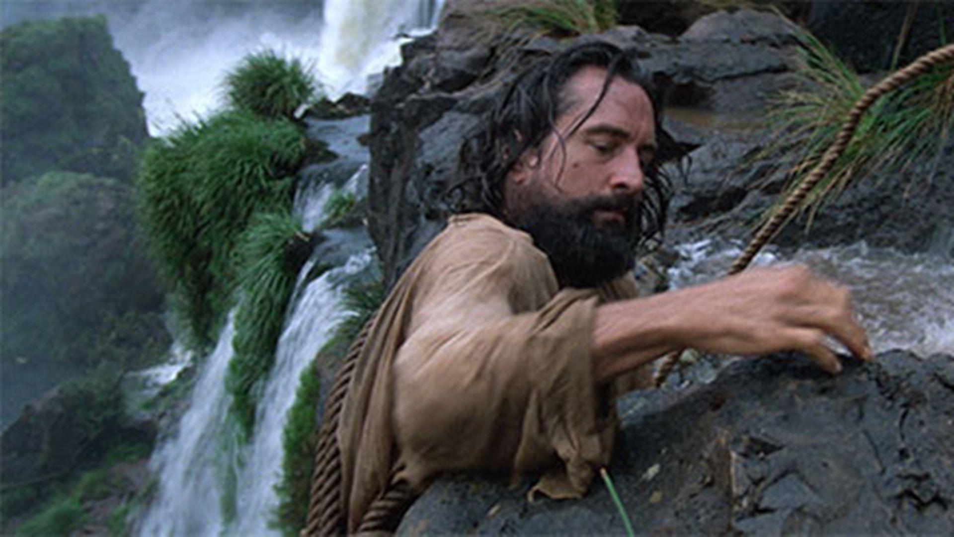 En La Misión, Robert de Niro encarna a un militar arrepentido que se  convierte en sacerdote.