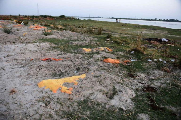 Se sospecha que víctimas del Covid-19 están parcialmente enterradas en la arena cerca de un campo de cremación a las orillas del río Ganges en Unnao, India
