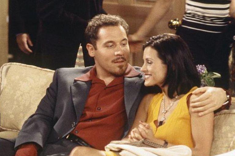 El actor Jon Favreau en el papel de Pete junto a Monica en la tercera temporada de Friends.