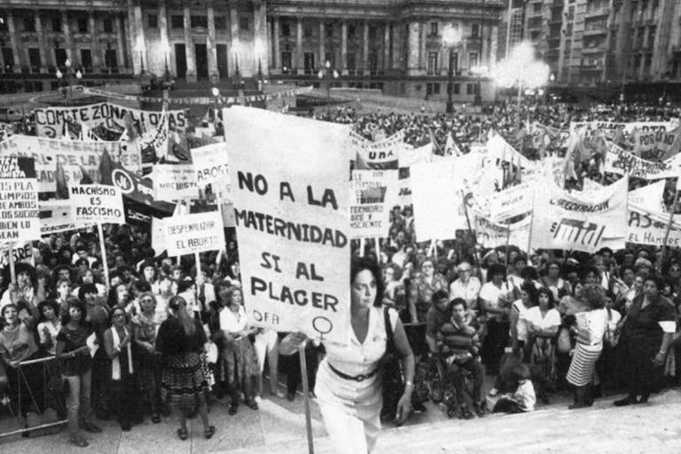 En la Plaza de los dos Congresos, el 8 de marzo de 1984, una manifestación feminista con María Elena Oddone entre las referentes