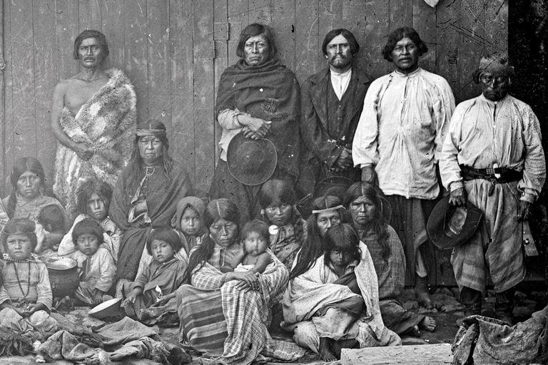 Retrato de las familias de Inacayal y Foyel. Se cree que la foto fue tomada antes de llevarlos a La Plata.