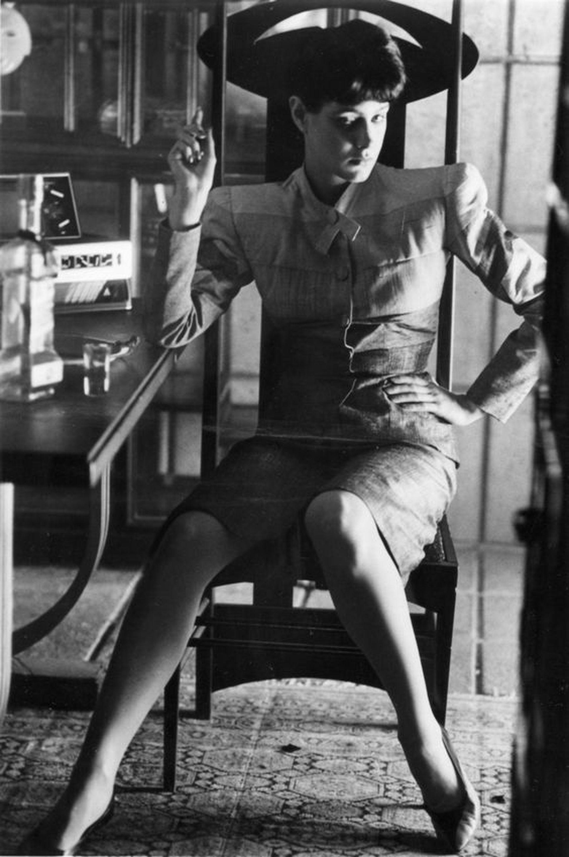 Una escena de Blade Runner, una de las protagonistas aparece sentada en un silla Argyle, autoría de Mackintosh.