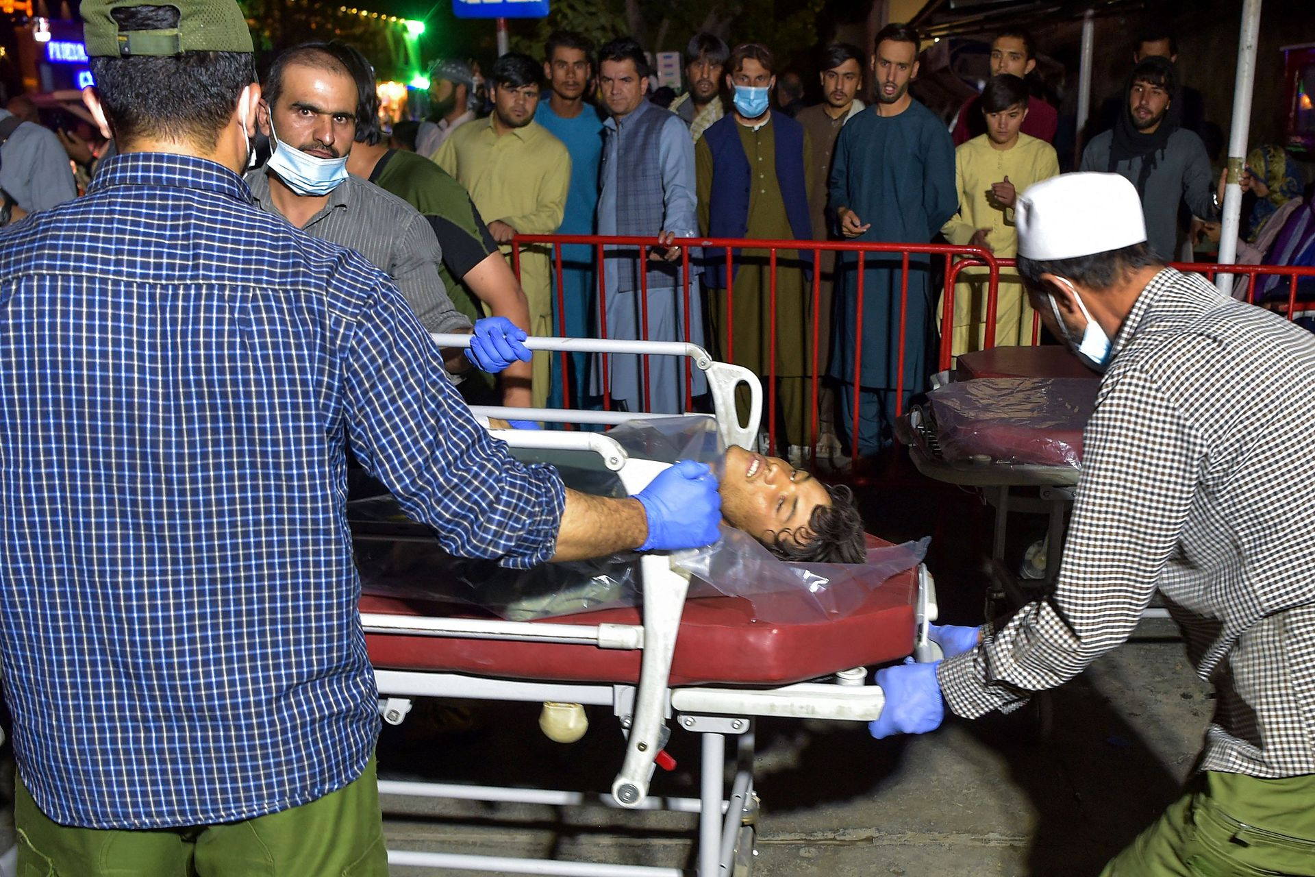 Voluntarios y médicos ayudan a los heridos