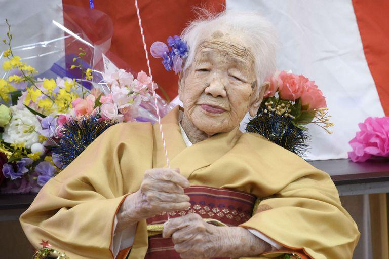 Tanaka celebró su cumpleaños número 117 el jueves y decidió festejarlo vestida para la ocasión: usó un kimono dorado con adornos rojos para el agasajo, que se realizó en un hogar de ancianos en Fukuoka, Japón