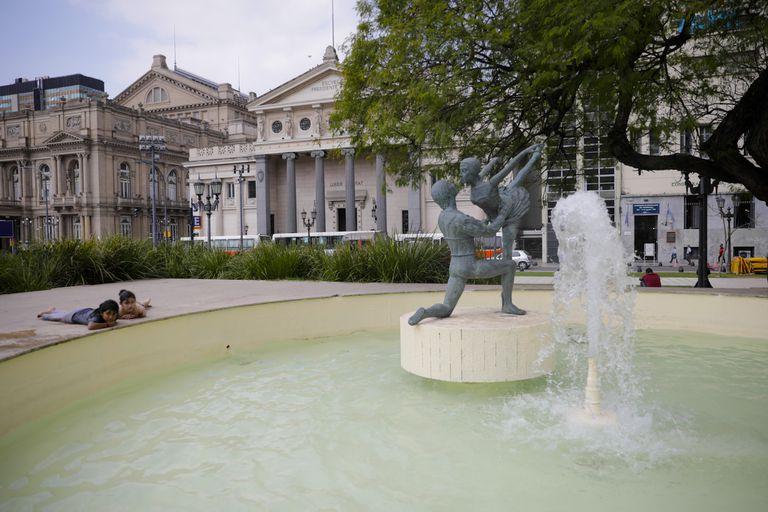 El monumento a los bailarines del Colón volvió a la fuente para el homenaje