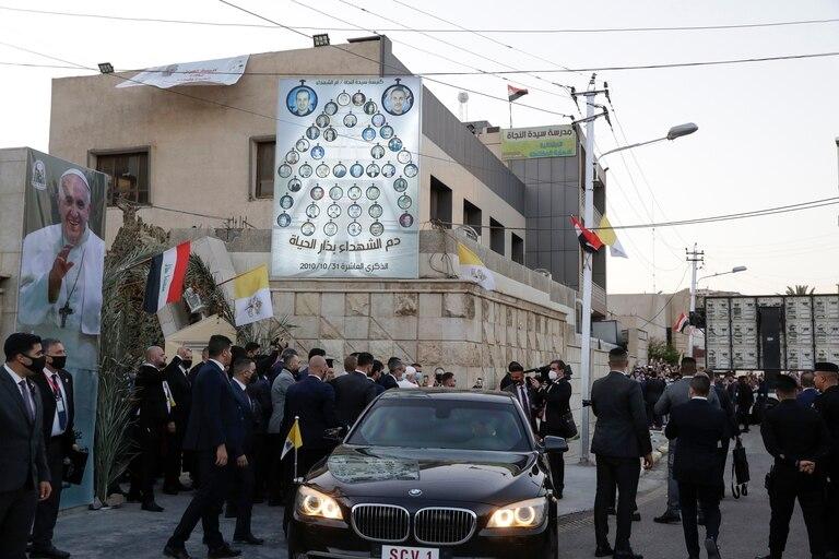 El Papa, en Bagdad, al dejar la catedral en la que se reunió con obispos locales