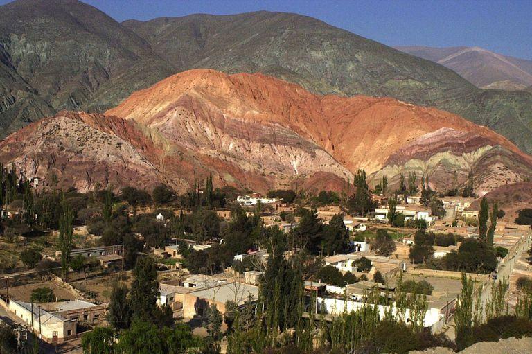 Polémica en el cerro de los Siete Colores por un artista que bloqueó un sector