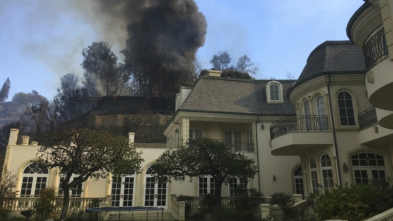 La escena fue apocalíptica, con lujosas mansiones acabadas entre las llamas