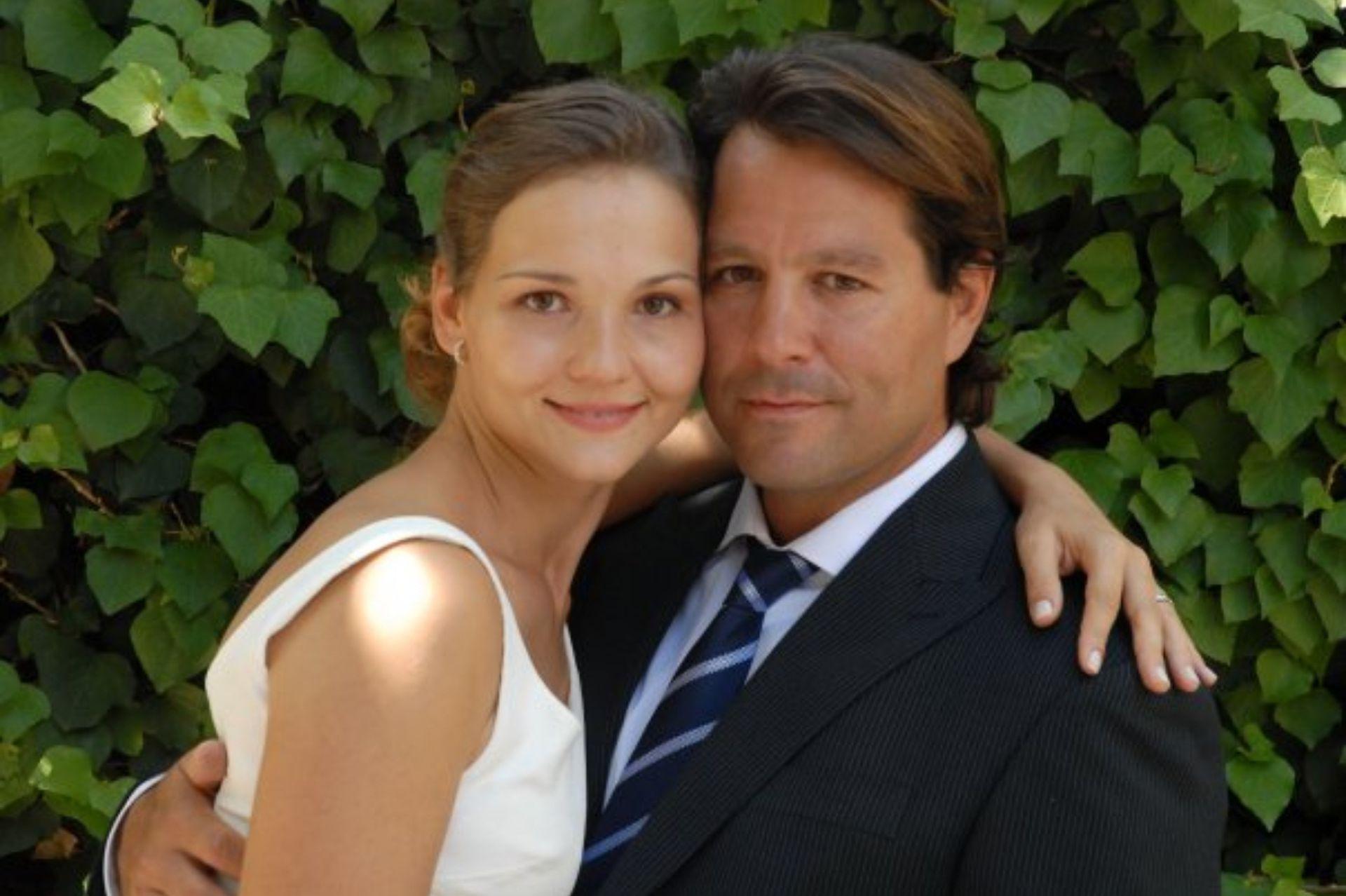 Junto a su marido argentino, el día de la boda.