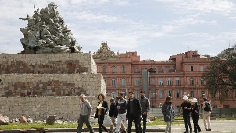 Una comitiva visitó ayer el monumento de Juana Azurduy, en el patio de la Casa Rosada