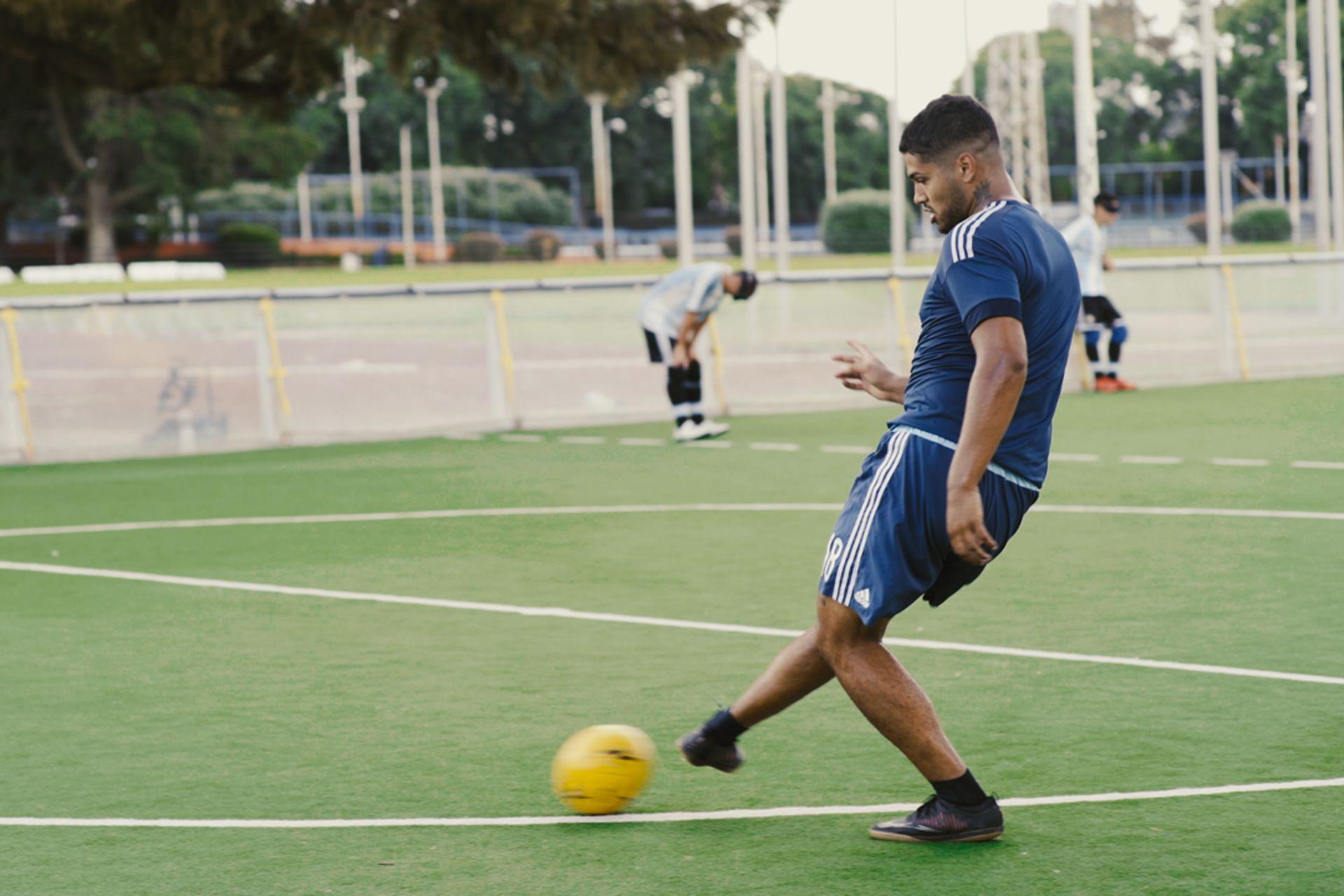 Alexis Salinas entrena desde hace algunos meses con Los Murciélagos, la Selección Nacional de Fútbol para Ciegos, gracias a un llamado de su entrenador, Martín Demonte.