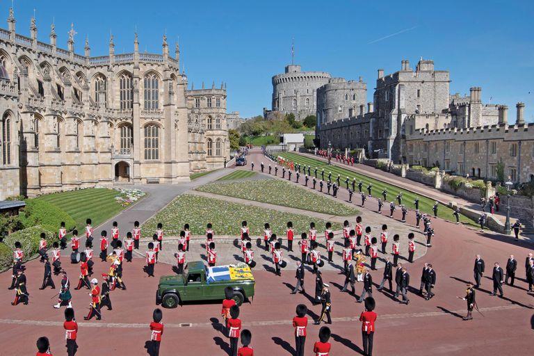 Bajo un cielo azul, sin nubes, el féretro, cubierto por el estandarte personal del duque de Edimburgo, su gorra de almirante, la espada que su suegro, el rey Jorge VI, le regaló para su boda, y un bouquet de flores blancas que le eligió la Reina, es conducido en una Defender, de Land Rover. Unos 730 miembros de las fuerzas armadas le rindieron honores con una espectacular coreografía militar. Detrás lo siguen sus cuatro hijos, algunos nietos y miembros de la familia real