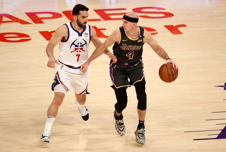 Nikola Jokic # 15 de los Denver Nuggets dispara el balón durante el juego contra Los Angeles Lakers el 3 de mayo de 2021 en el STAPLES Center de Los Angeles, California.