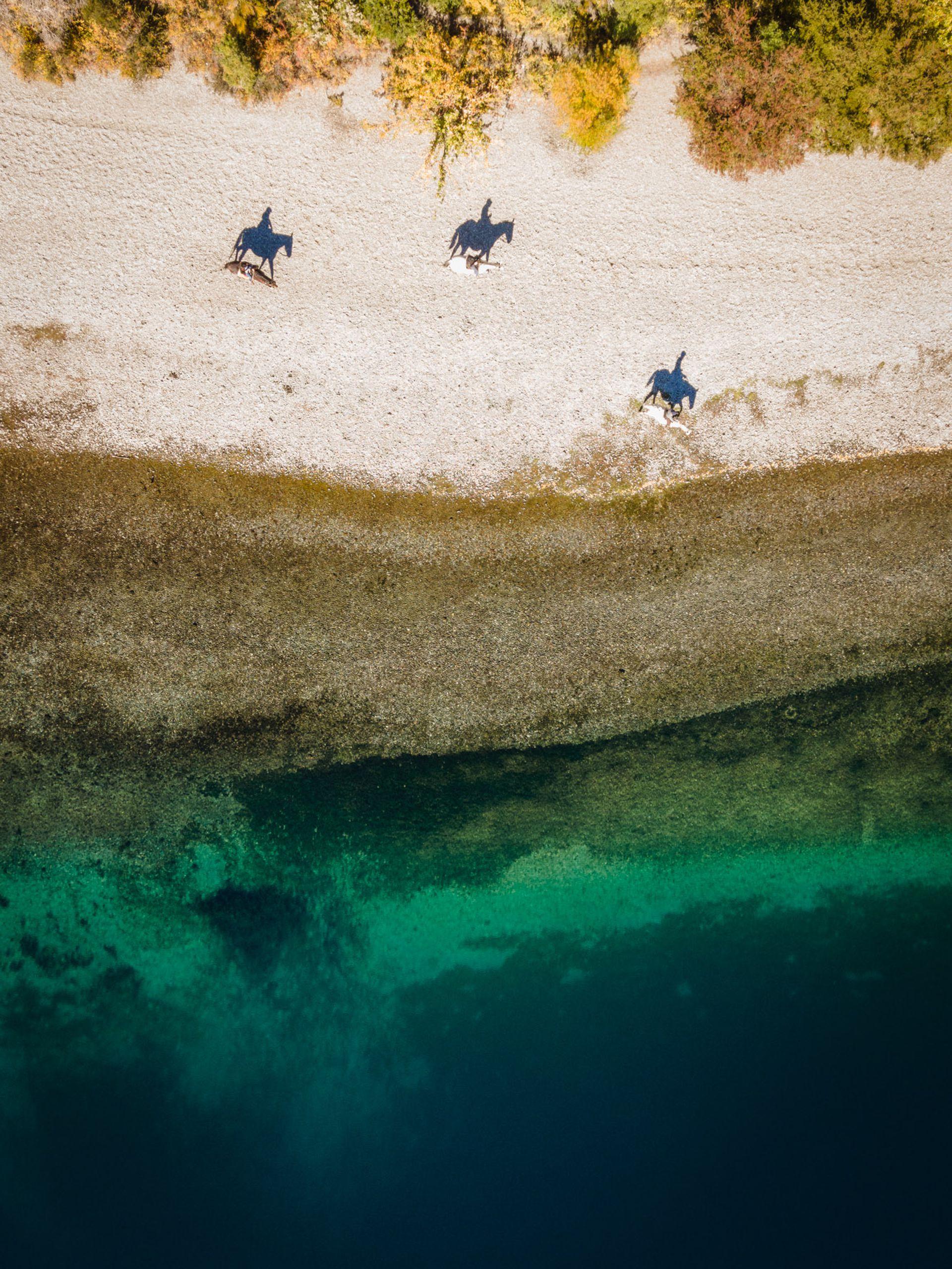 Cabalgata a orillas del lago Gutiérrez.