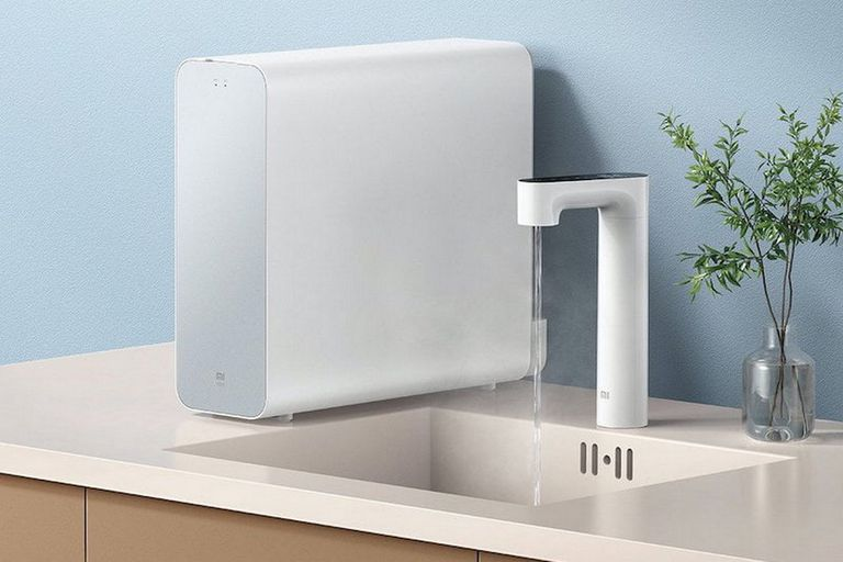 El sistema de Xiaomi se asemeja a los modelos de filtros tradicionales, pero se diferencia por ofrecer una pantalla táctil para ajustar la temperatura del agua purificada