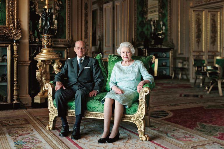 La Reina y el duque de Edimburgo posan en el Salón Verde de Windsor para un retrato oficial. La imagen fue encargada por la Galería Nacional de Retratos para conmemorar el 90o cumpleaños del príncipe Felipe, así como el Jubileo de Diamante de la Reina