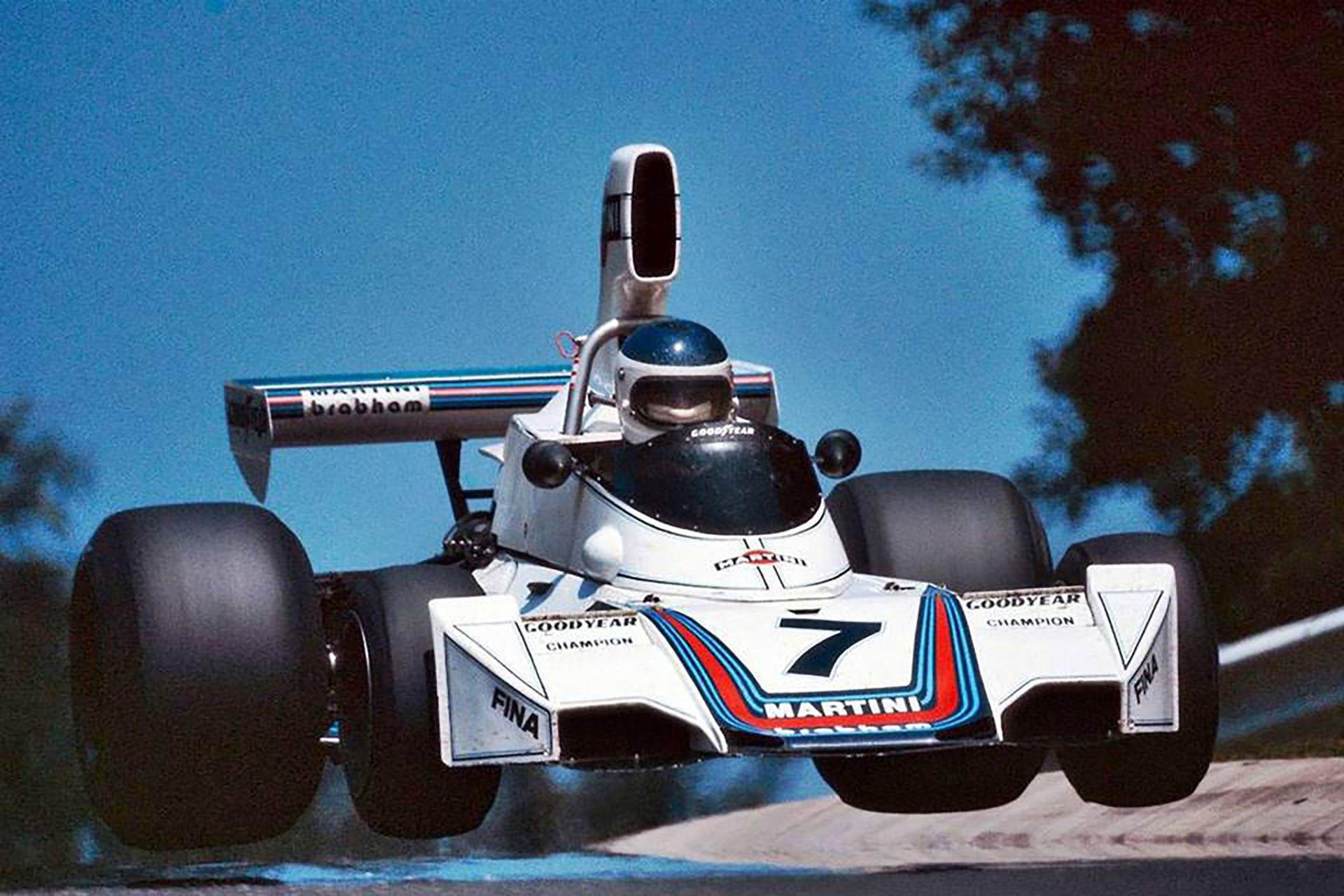Carlos Reutemann vuela con el Brabham BT44B en Pflanzgarten, en el circuito de Nürburgring; con motores Ford Cosworth, Lole triunfó en el Gran Premio de Alemania 1975