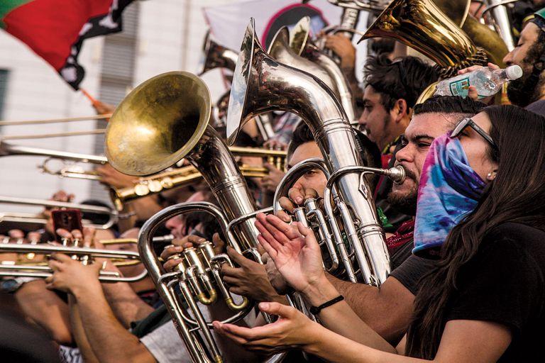 Con alta presencia de músicos y bandas, las marchas se repiten a diario en Santiago