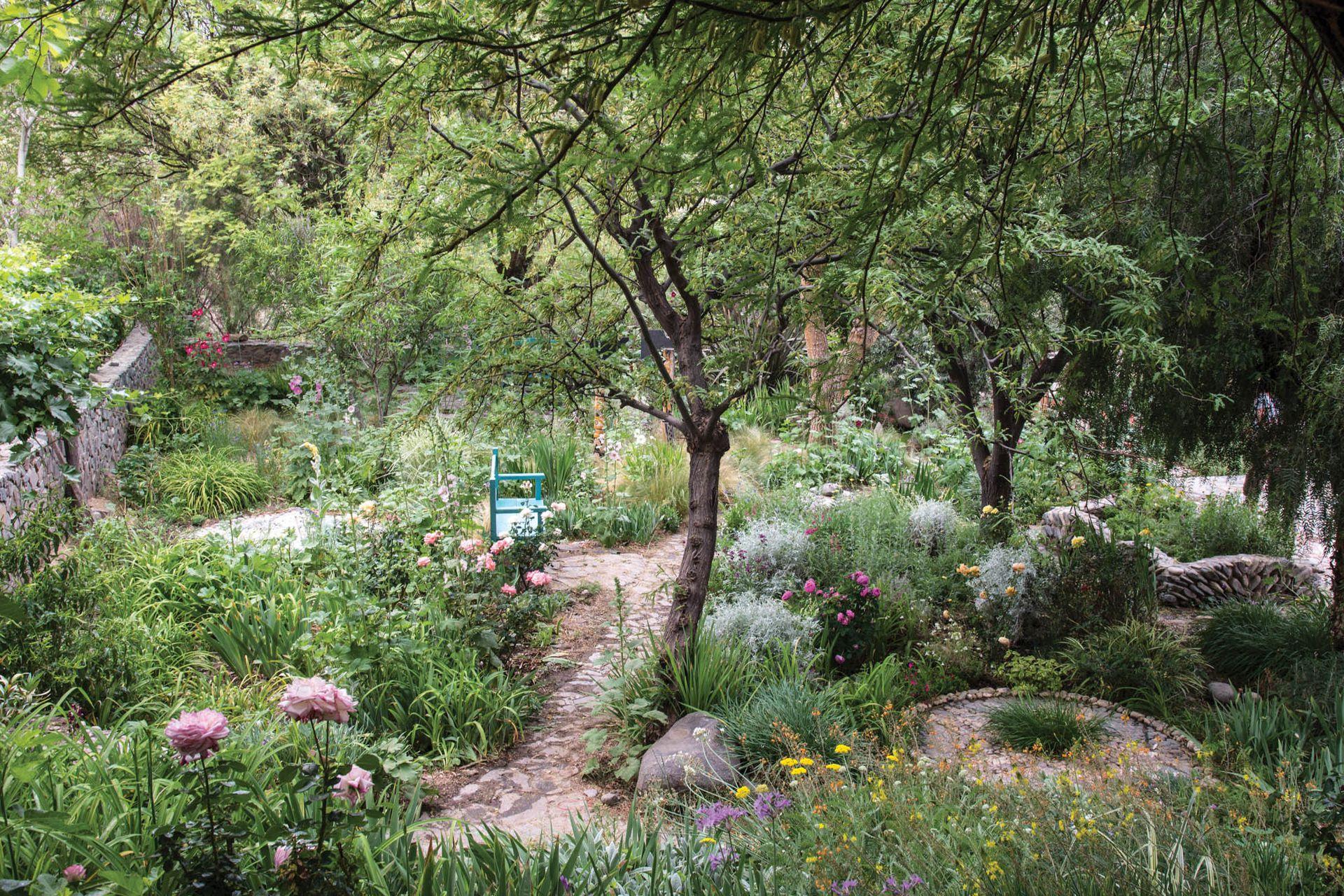 La casa del tejedor cuenta con un jardín de plantas aptas para zonas secas, un lugar de senderos, de bancos para sentarse a la sombra y de especies que se van naturalizando.
