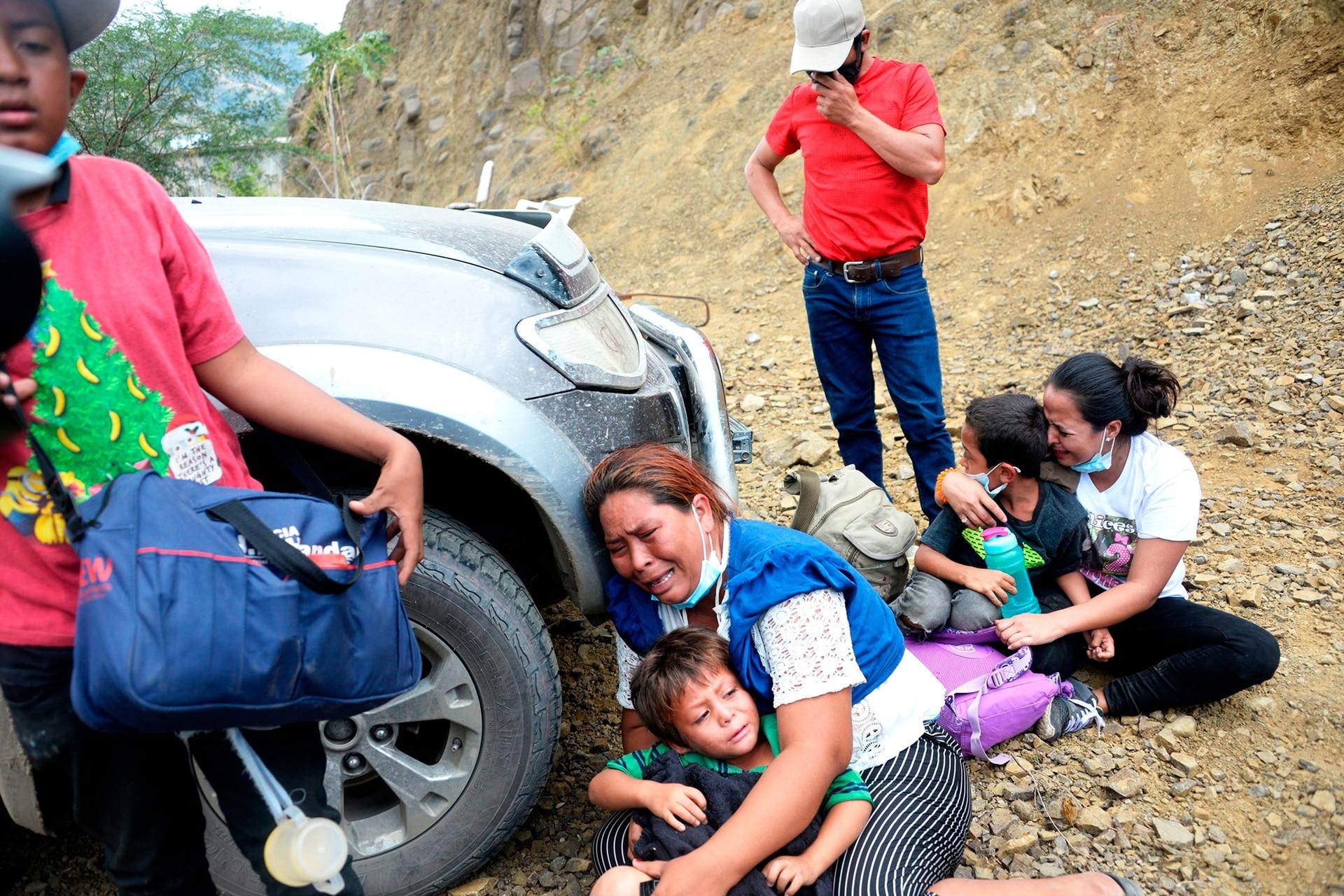 El dolor de las mujeres migrantes y sus niños mientras las fuerzas de seguridad intentan dispersarlos en Vado Hondo, Guatemala