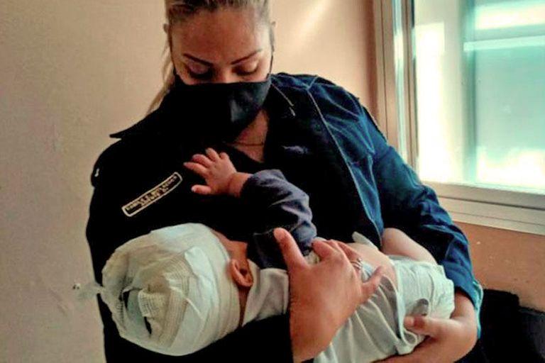 Una mujer policía amamantó a un bebé herido en la cabeza con un tenedor