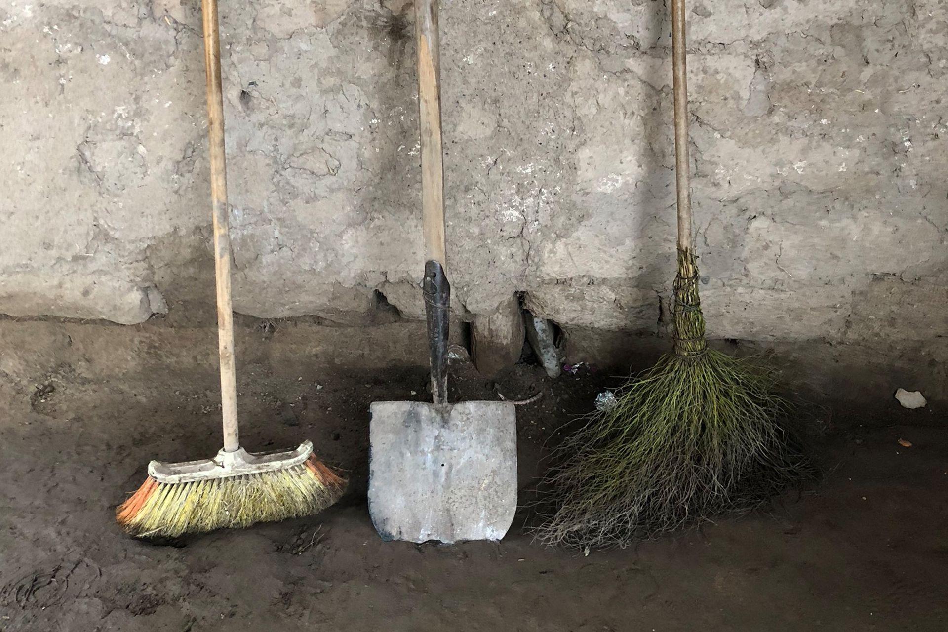 Las tres herramientas de limpieza que Nataly Torres usa en su casa de adobe y techo de chapa. Ella vive en Las Talas, un barrio de ranchos en los que se hace cada vez más difícil llegar a fin de mes.