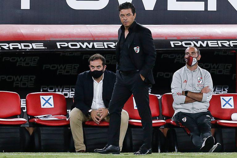 Marcelo Gallardo mira el campo de juego durante el partido que disputan River Plate y Arsenal de Sarandí.
