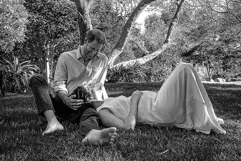Harry y Meghan Markle en el jardín de su casa en Estados Unidos, disfrutando de su vida lejos de la realeza