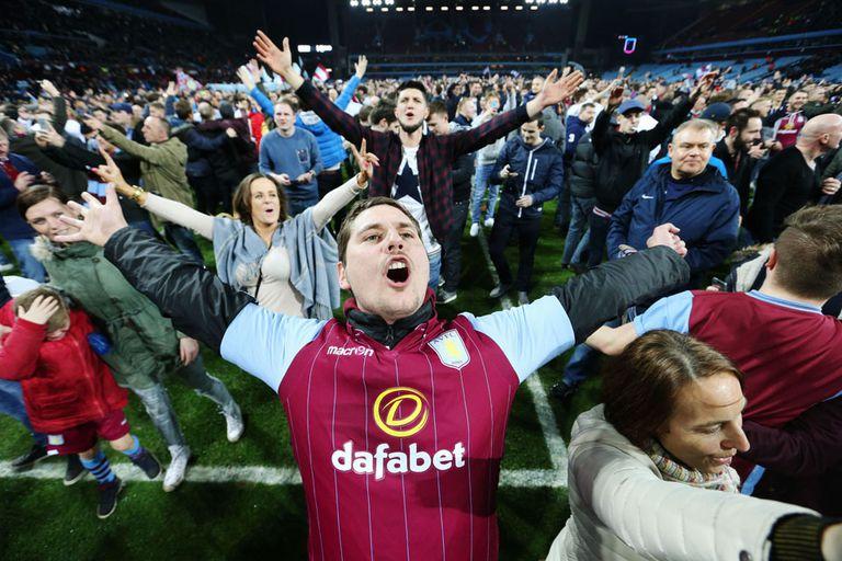 El festejo de Aston Villa terminó con invasión de cancha