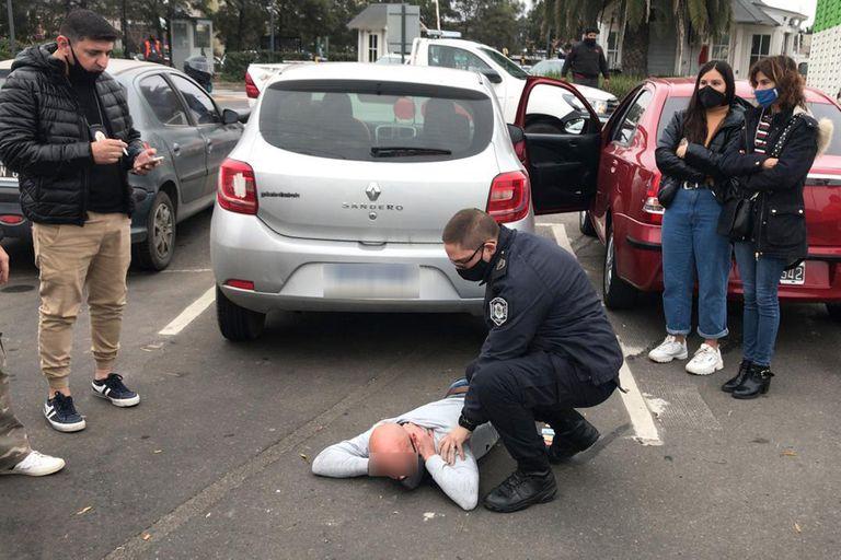 El momento de la detención de uno de los sospechosos