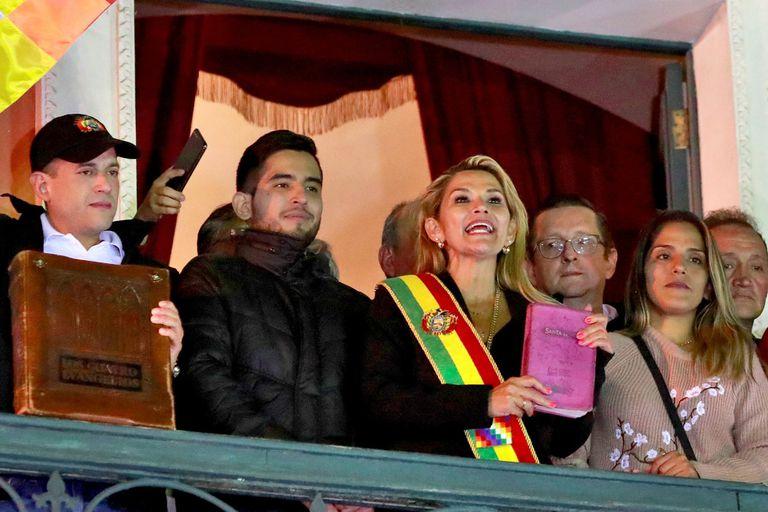 Jeanine Añez, ayer, al asumir la presidencia, en La Paz
