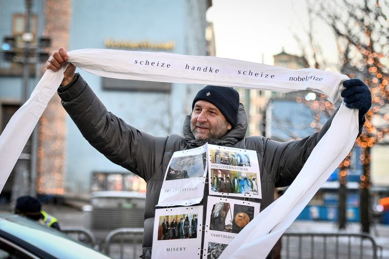 Hubo protestas contra el escritor Peter Handke esta tarde, en las afueras del palacio Konserthuset de Estocolmo