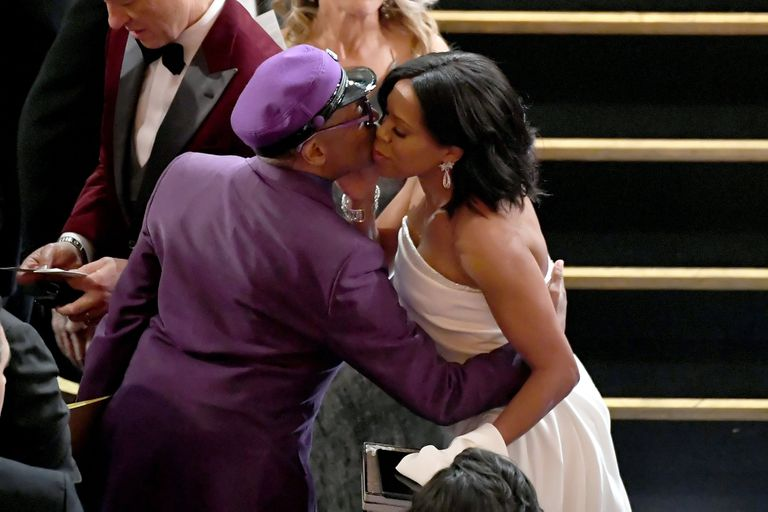 Beso a beso: Spike Lee y Regina King, entre abrazos y besos