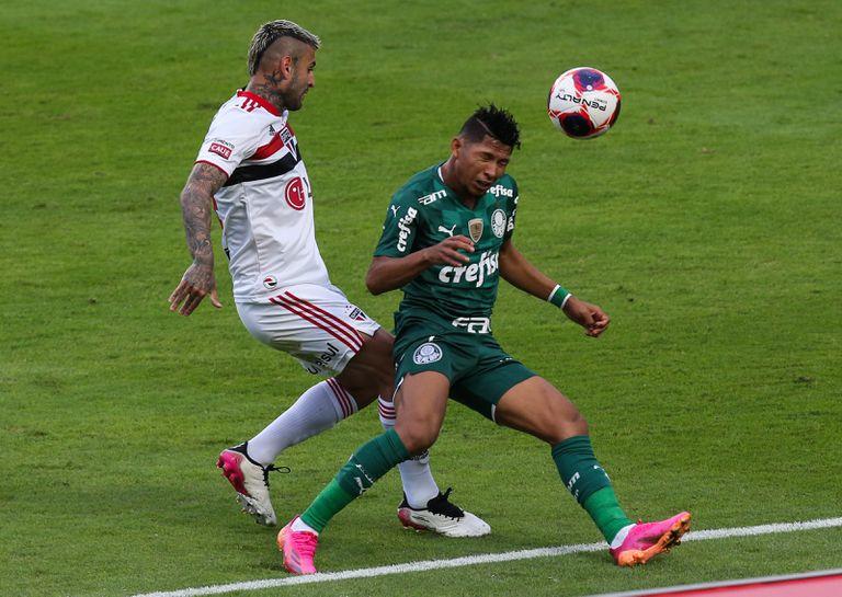 Liziero de Sao Paulo y Rony de Palmeiras luchan por  durante el segundo partido final entre Sao Paulo y Palmeiras como parte del Campeonato Paulista 2021 en el Estadio Morumbi el 23 de mayo de 2021 en Sao Paulo, Brasil.