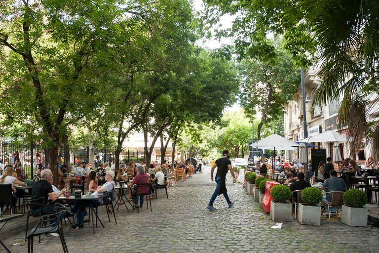 En Echeverría, entre Conde y Freire, las calles ceden espacio a la gastronomía y el uso peatonal; la ley de supermanzanas dará un marco legal para seguir creando estos espacios