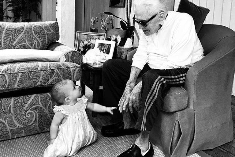 Kirk Douglas y la dulce foto con su bisnieta de ocho meses