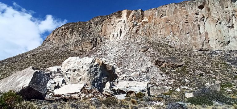 Desmoronamiento de una pared del Cerro Comisión, que está ubicado a 12 km de El Calafate, sobre la ruta provincial 9