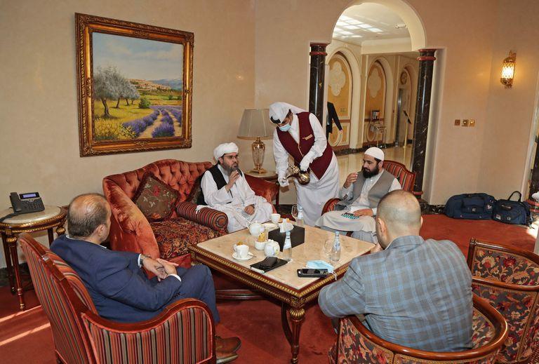 El encuentro de dirigentes talibanes con una delegación extranjera en Doha, Qatar. (Photo by KARIM JAAFAR / AFP)
