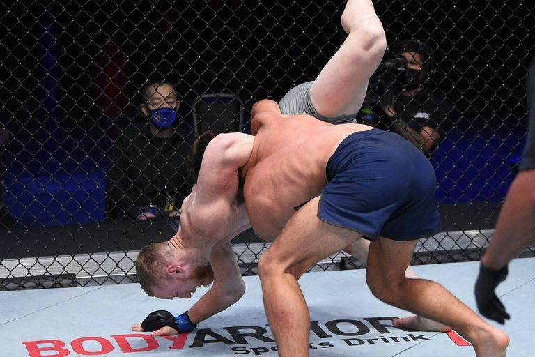 Escalofriante lesión en UFC: su rival se estremeció al ver su brazo
