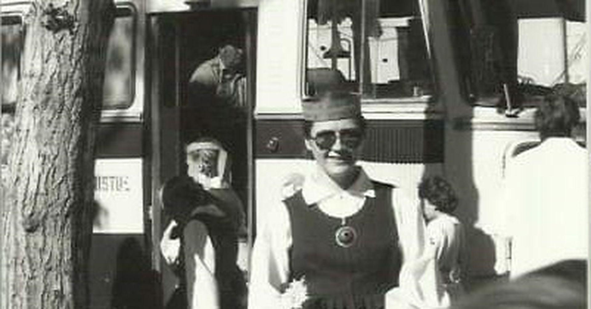 Lia Olljum en Tallinn, con vestimenta tradicional para participar del festival musical