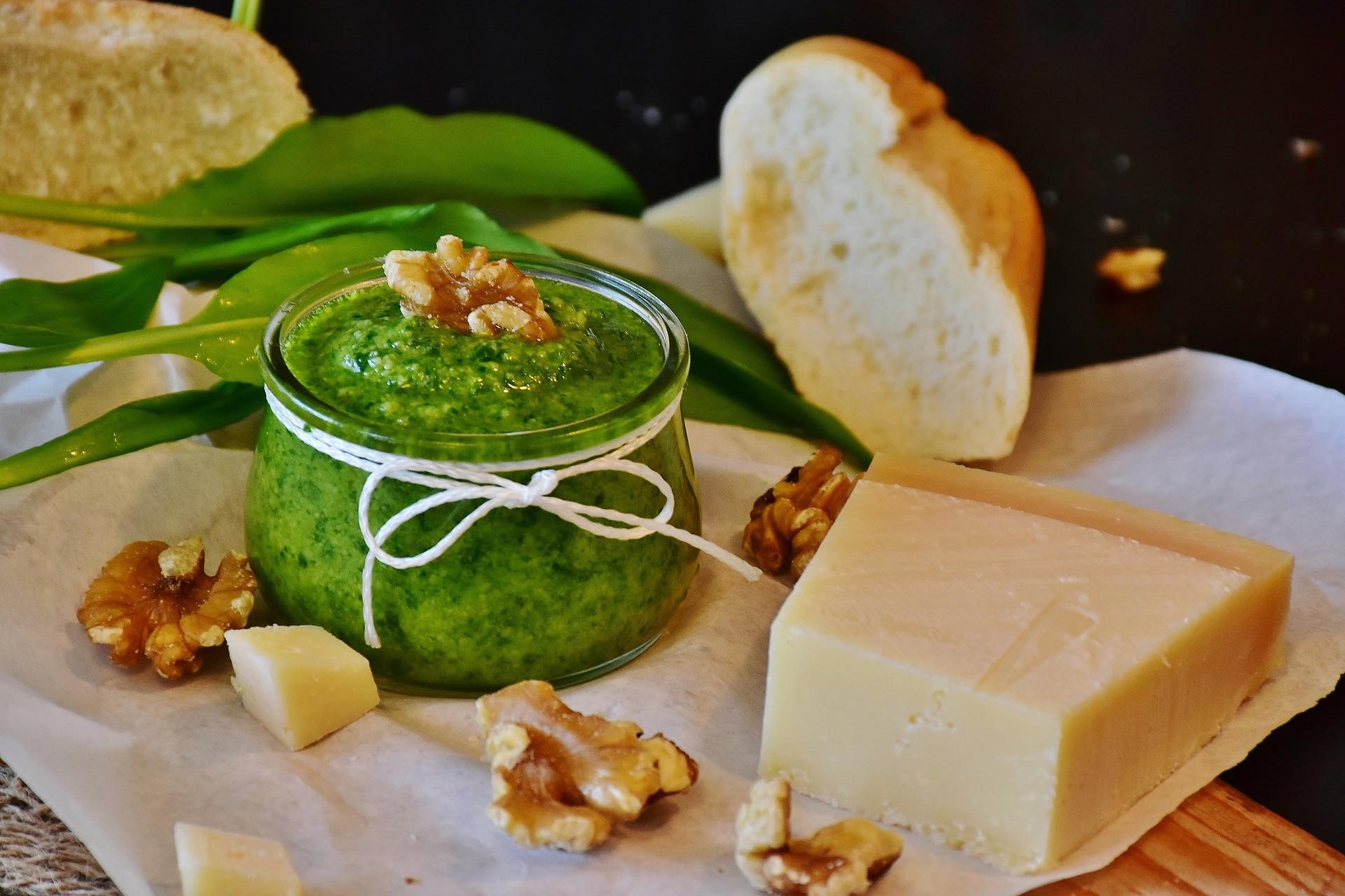 Ingrediente esencial del pesto, las hojas de albahaca fresca son usadas en Oriente para agregar a los platos de curry y algunos dulces. En Francia, las remojan en el aceite de oliva que después usan para aderezar ensaladas.
