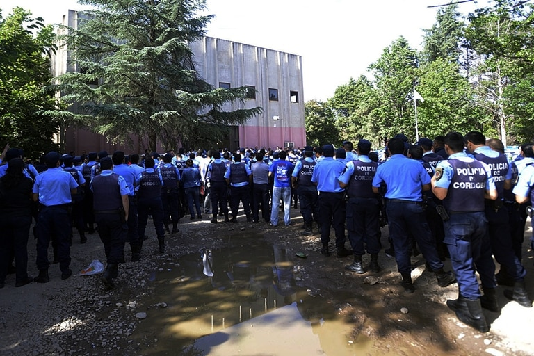 Los policías de Córdoba se acuartelaron para reclamar mejoras salariales