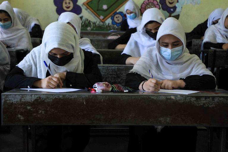 Mujeres afganas asisten a clases en Herat, el 17 de agosto de 2021